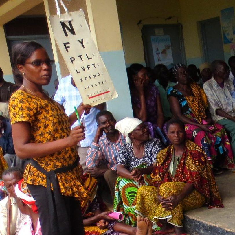 mensen in de rij voor een bril